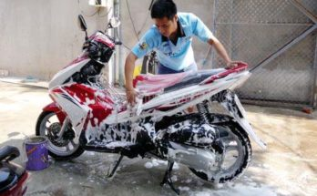 Sử dụng nước tẩy rửa để vệ sinh cho xe