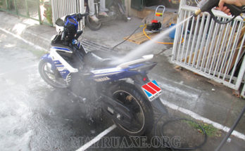 Rửa xe máy bằng gì để tốt cho xe