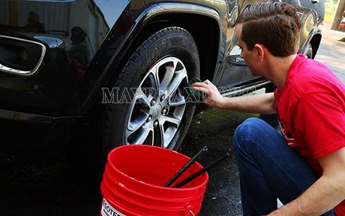 Cọ rửa sạch sẽ cho xe bằng nguyên tắc 2 xô