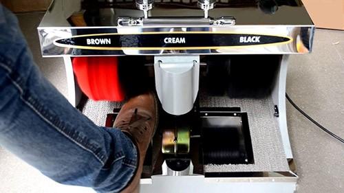 Bạn chỉ cần đặt giày vào máy sẽ tự hoạt động