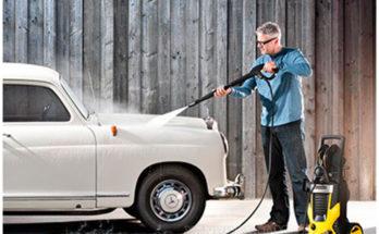 Vệ sinh xe bằng thiết bị rửa xe mini gia đình