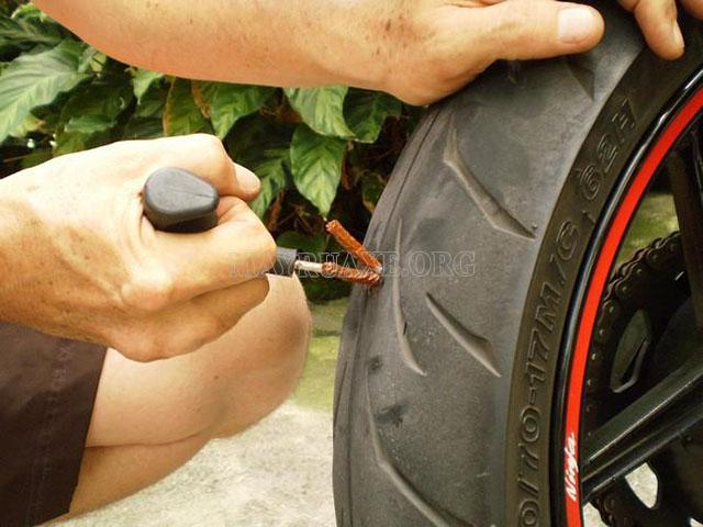 Phương pháp vá dùi cho lốp không săm