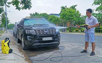 Phun rửa toàn thân xe khi làm sạch